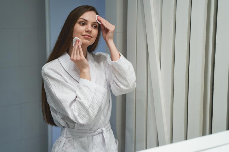 Dormir de maquiagem: entenda os malefícios que isso pode causar