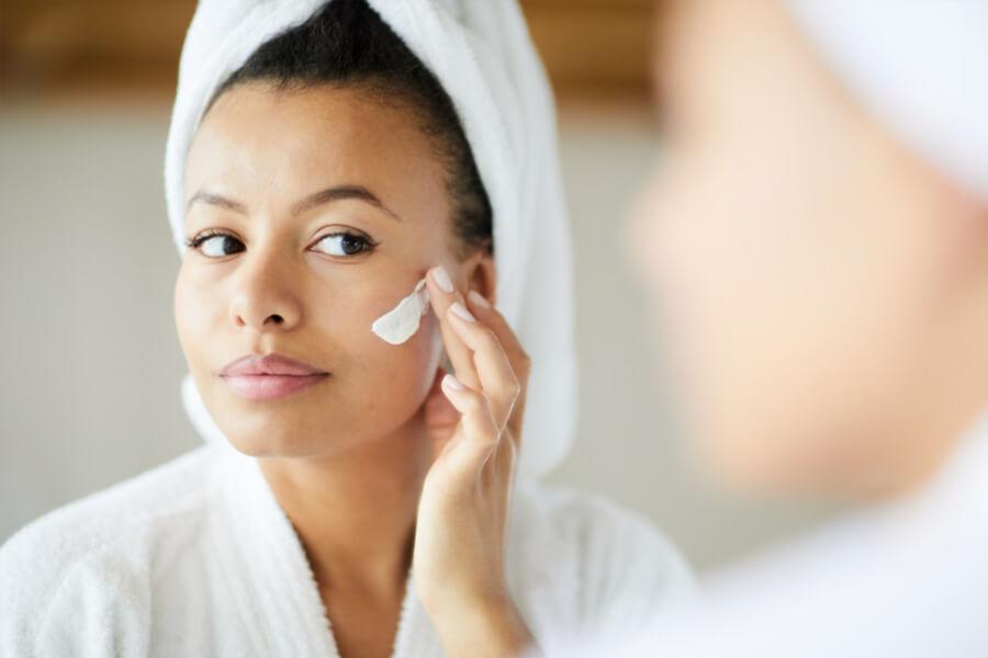 Passar protetor solar no rosto: entenda esse cuidado fundamental